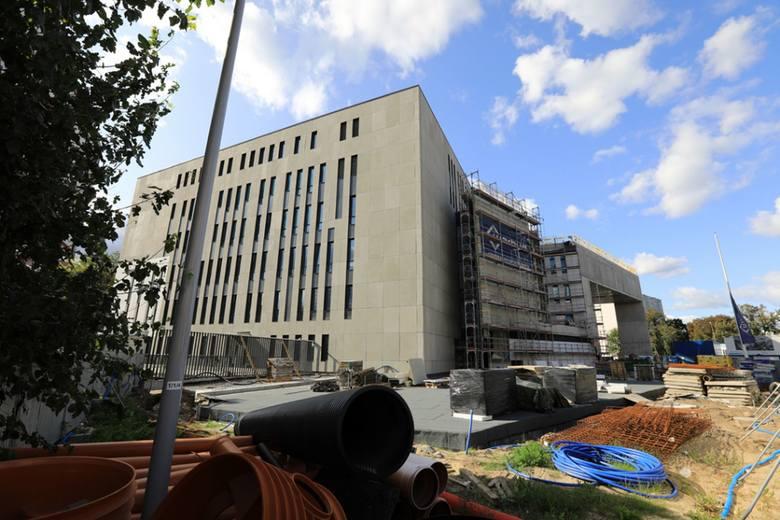 Budowa Sądu Rejonowego na placu Zwycięstwa idzie zgodnie z planem. Prace są zaawansowane już w około 80 procentach. Nowy gmach będzie gotowy w drugim