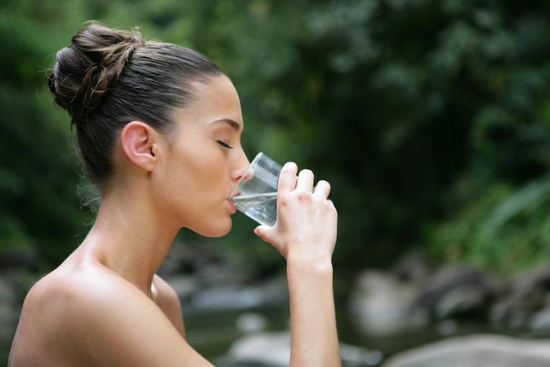 Podstawowa zasada podczas upału - dużo pić. Lekarze polecają  szczególnie wodę. Jednak nie wszyscy stosują się do ich poleceń i sięgają po inne trunki.