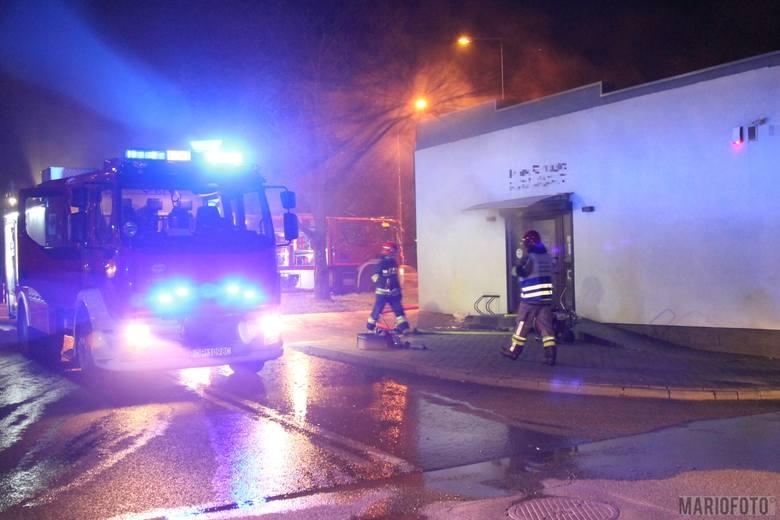 Cztery zastępy strażaków gasiły pożar salonu fryzjerskiego przy Ozimskiej w Opolu, który wybuchł we wtorek przed godziną 21.00. Według pierwszych ustaleń