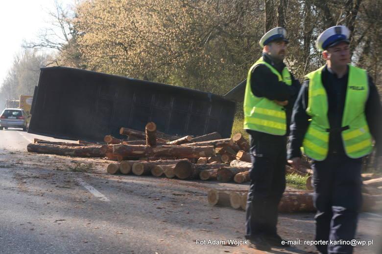 Przyczepa z drewnem blokuje drogę w Białogardzie. Ruch wahadłowy.