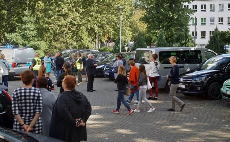 Dzisiaj w samo południe, wszyscy pracownicy słupskiego oddziału NFZ, mieszczącego się przy ul. Poniatowskiego, zostali ewakuowani z biurowca, z powodu
