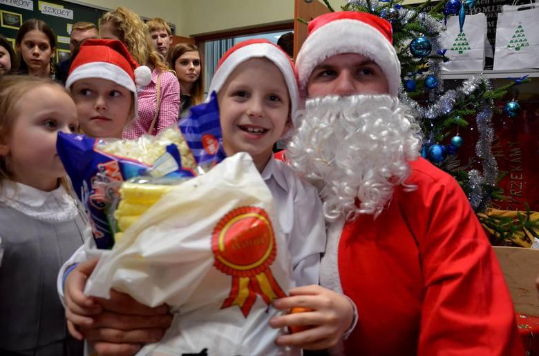 Uczniowie szkoły rolniczej w Zduńskiej Dąbrowie na spotkanie wigilijne zaprosili wychowanków domu dziecka w Gostyninie