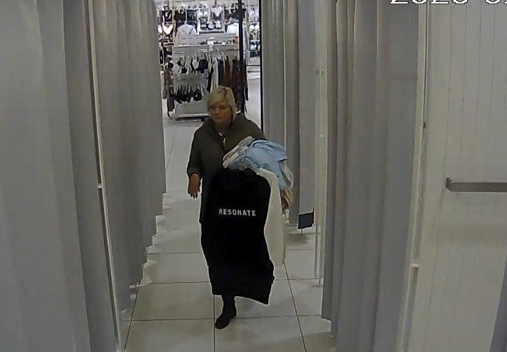Ta kobieta poszukiwana jest za kradzież ubrań w Zielonych Arkadach w Bydgoszczy. Rozpoznajesz ją? [wideo]