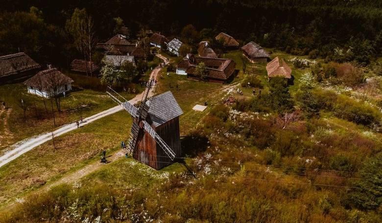 Imprezy folklorystyczne ikulinarne wypełniają kalendarz wydarzeń w Świętokrzyskiem od kwietnia aż po połowę listopada. Oto lista Wiele miejscowości