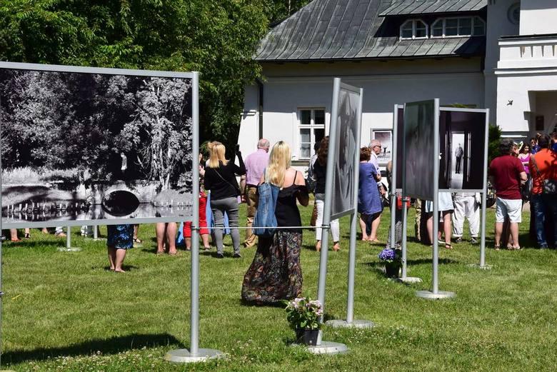 """Wystawa fotografii Pawła Chary """"Mrożek. Życie warte jest życia"""" w zabytkowym parku Kliniki Rehabilitacji pod Skierniewicami [ZDJĘCIA]"""