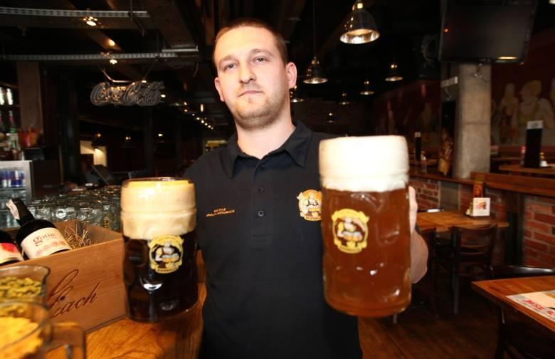 - Na targach pokażemy cztery rodzaje wytwarzanego u nas piwa, w tym pszenicznego weizena (z lewej) i podwójnego koźlaka (z prawej), mówi Krzysztof Zawlik,