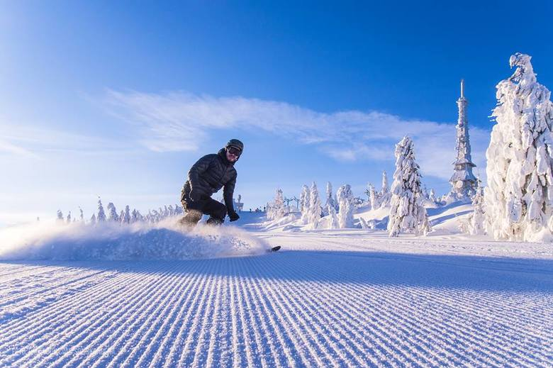 Beskidy kuszą piękną zimą. Nie dość, że śniegu jest pod dostatkiem, to jeszcze świeci słońce i mrozi. Ośrodki narciarskie pracują pełną parą. W wyższych