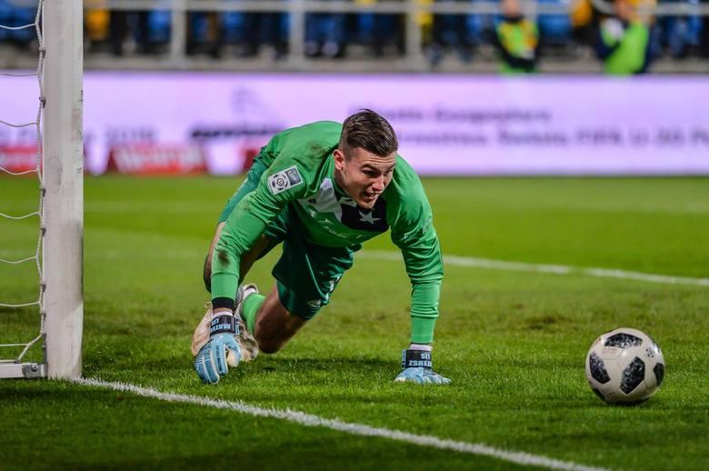 W pierwszej drużynie Lecha pojawił się już w sezonie 2014/15, ale szansy na grę w Kolejorzu nie miał. Był więc wypożyczany do Miedzi, Podbeskidzia i