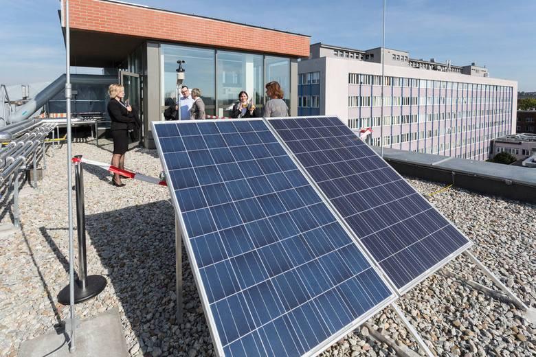 Na dachu budynku znajdują się między innymi nowoczesne ogniwa fotowoltaiczne oraz solarne