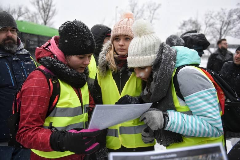 - Jesteśmy strażakami ochotnikami po to, by ludziom pomagać w różnych okolicznościach, o różnej porze dnia, czy nocy. Przyjechaliśmy z Turkowic, z miejscowości skąd pochodzi ten młody człowiek, mając nadzieję, że go znajdziemy - tłumaczy Wacław Szajrych, prezes zarządu oddziału gminnego OSP...