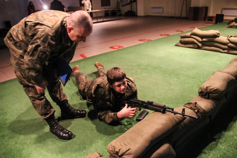Harcerze uczestniczyli w nietypowym szkoleniu w jednostce wojskowej w Międzyrzeczu