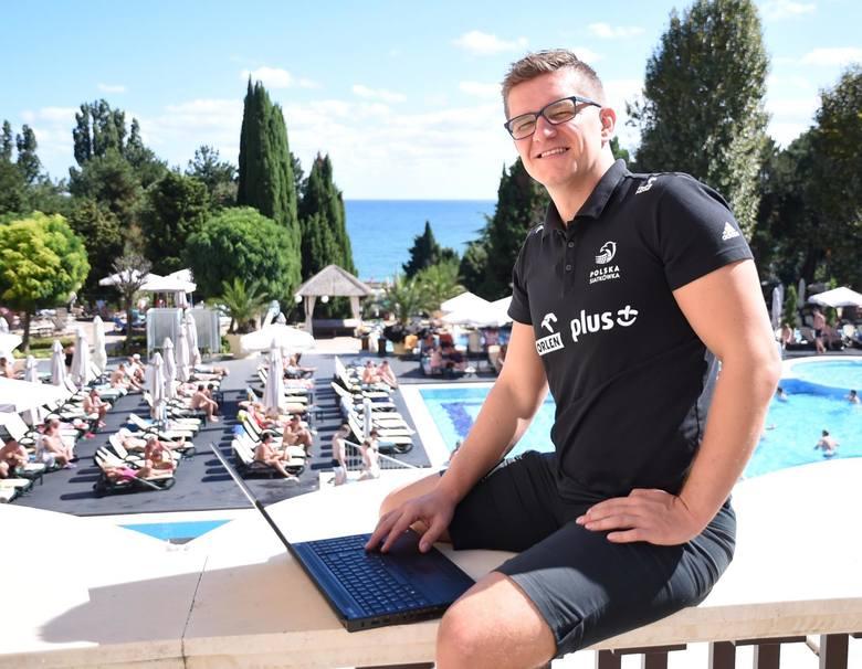 Najważniejszym sprzętem w pracy Roberta Kaźmierczaka jest laptop.