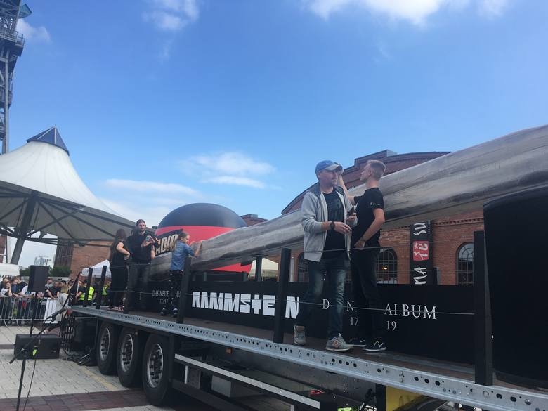 Ciężarówka Rammstein przed Silesia City Center z wielką zapałką. Wyjątkowy happening, promujący nowy album zespołu