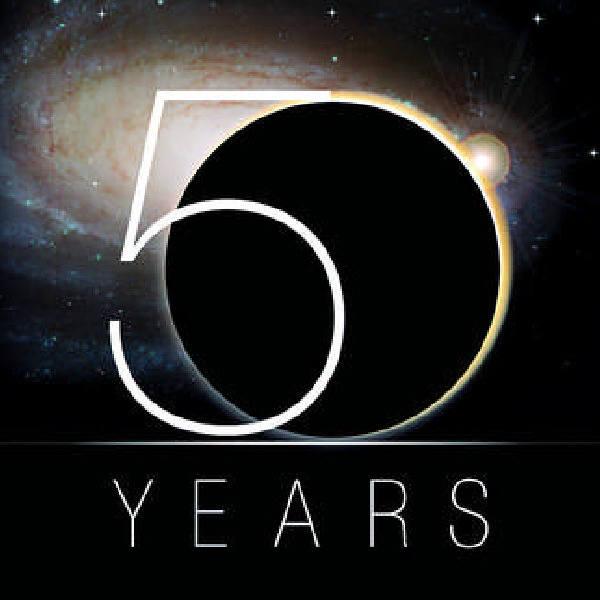 Oficjalne logo 50 rocznicy powstania Narodowej Agencji Aeronautyki i Przestrzeni Kosmicznej (NASA)