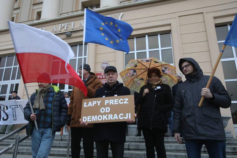 """W sobotę w Warszawie odbył się """"Marsz Tysiąca Tóg"""". To sprzeciw wobec procedowanej ostatnio ustawy dyscyplinującej sędziów. Protesty"""