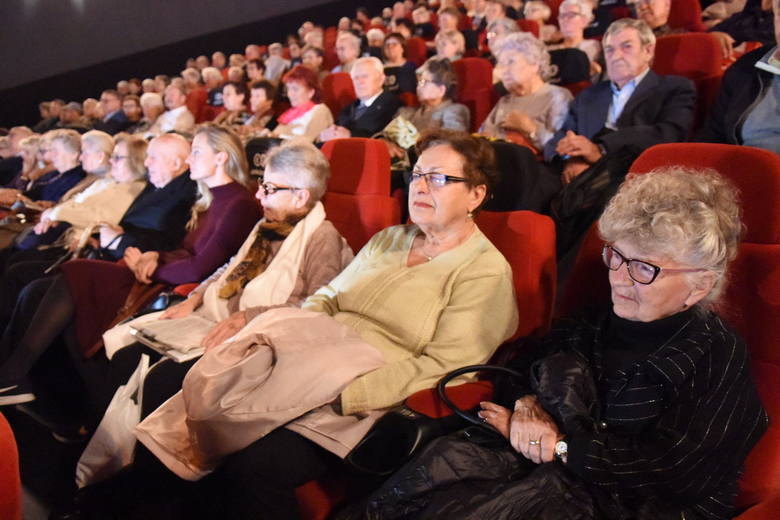 """Premiera filmu """"Kresy"""" wzbudziła wśród zgromadzonych w Cinema City widzów ogromne emocje. To dzieło do którego scenariusz napisało życie."""