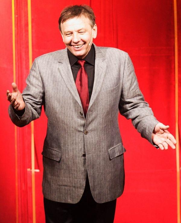 - Nigdy nie czułem się ani aktorem kabaretowym, ani satyrykiem, bo po prostu jestem komikiem - tłumaczy Zenon Laskowik