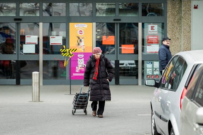 """Godziny dla seniorów paraliżują pracę sklepów! """"Czy mamy angażować policję do utrzymywania porządku?"""""""