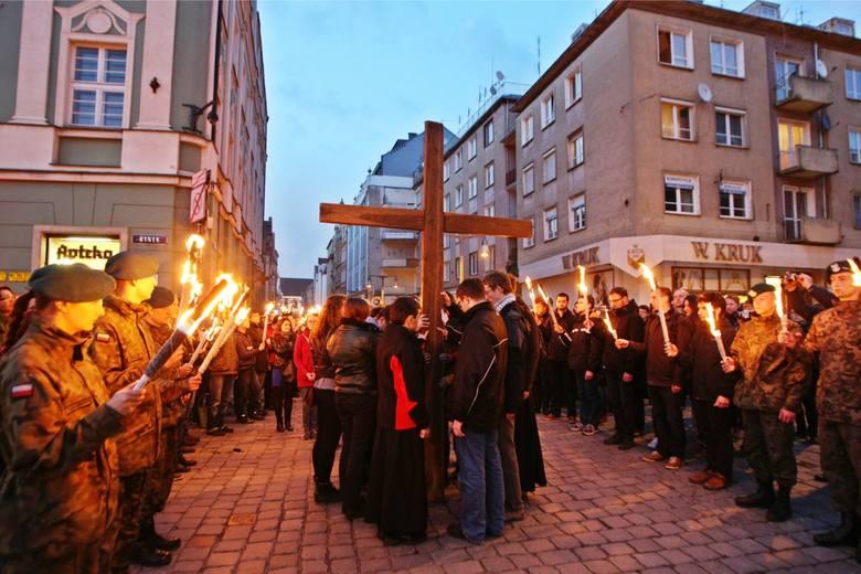 Droga krzyżowa we wrocławskim Rynku. Kościół Katolicki nie mówi nie wolnemu piątkowi gdyż, jak zaznacza  ksiądz Rafał Kowalski, rzecznik archidiecezji