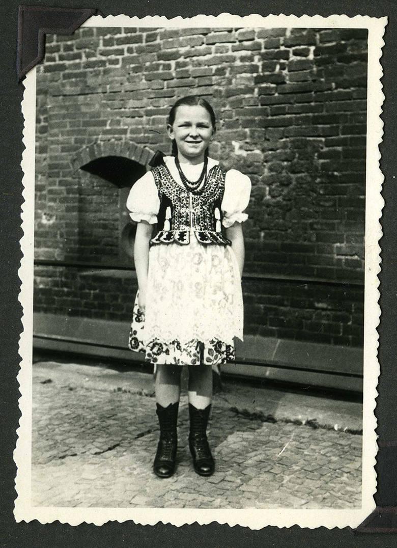 Przed wyjazdem do nazistowskiego Gdańska Maria na prośbę ojca nakładała strój krakowianki