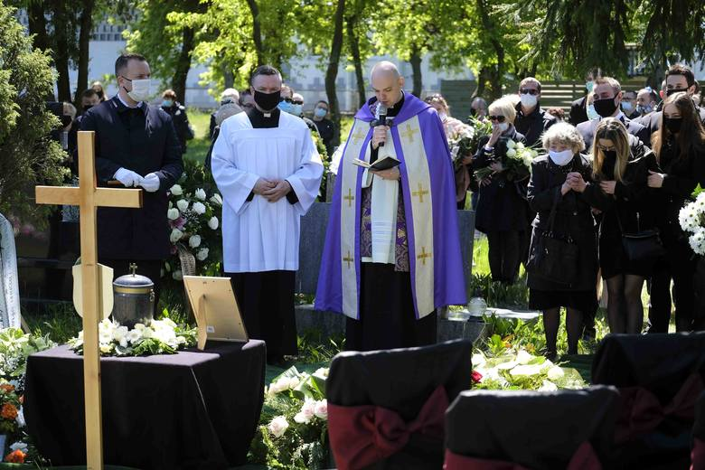 52-letnia Katarzyna Zawada, pielęgniarka ze szpitala zakaźnego w Toruniu, zmarła 11 maja w szpitalu jednoimiennym w Grudziądzu. Była zakażona koronawirusem.