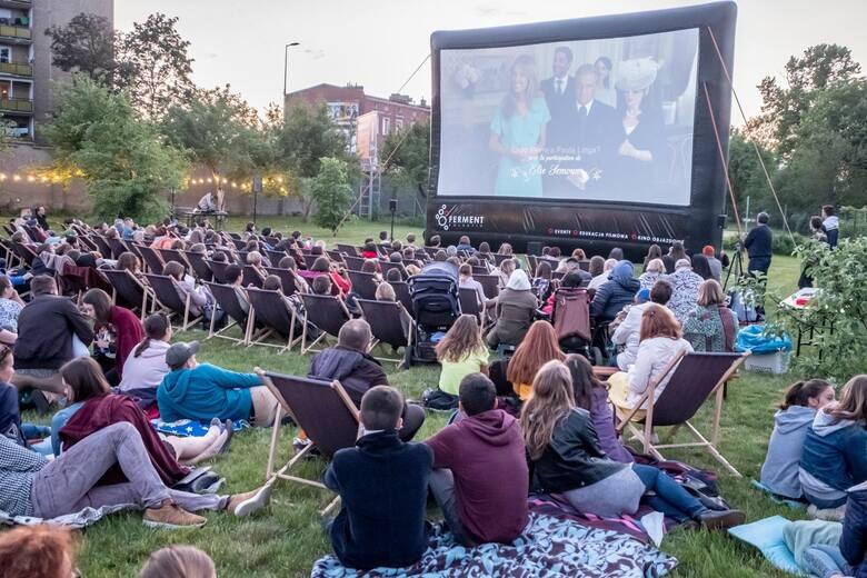 """Oglądanie filmów """"pod chmurką"""" zyskało na popularności w dobie pandemii. W Poznaniu wybór kin plenerowych jest szeroki, co więcej większość z nich oferuje"""