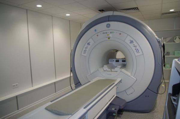 Nie pomogli kobiecie wnieść niepełnosprawnego męża na rezonans magnetyczny.