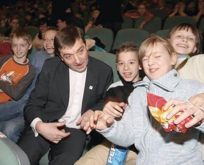 Ksiądz Augustyński z dziećmi Fot. Piotr Kędzierski