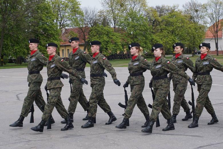Na terenie poznańskich koszar wojskowych odbyły się zawody z musztry. Ministerstwo Obrony Narodowej szykuje duże zmiany dla uczniów klas wojskowych szkół ponadgimnazjalnych