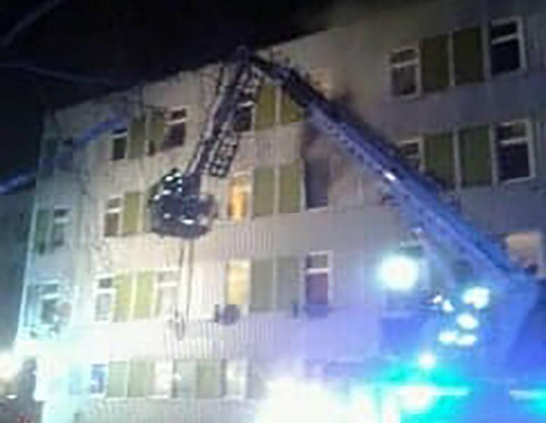 Do pożaru doszło we wtorek, 10 grudnia, wieczorem. Palił się pokój w mieszkaniu na drugim piętrze hotelu Metalowiec przy ul. Złotego Smoka w Gorzowie.Pożar