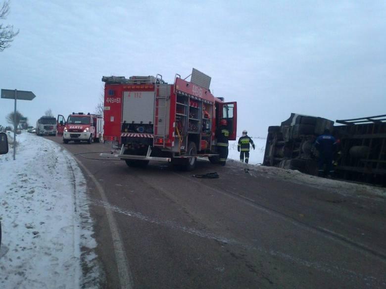 Samochód ciężarowy  Mercedes zjechał z drogi i przewrócił się na bok do przydrożnego rowu.