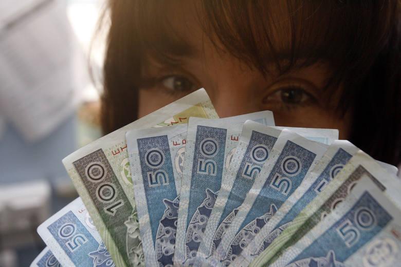 kobieta pieniądze wynajem mieszkania