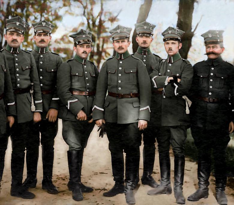 Żołnierze Wojsk Wielkopolskich - mundury z charakterystycznymi rogatywkami z treflami