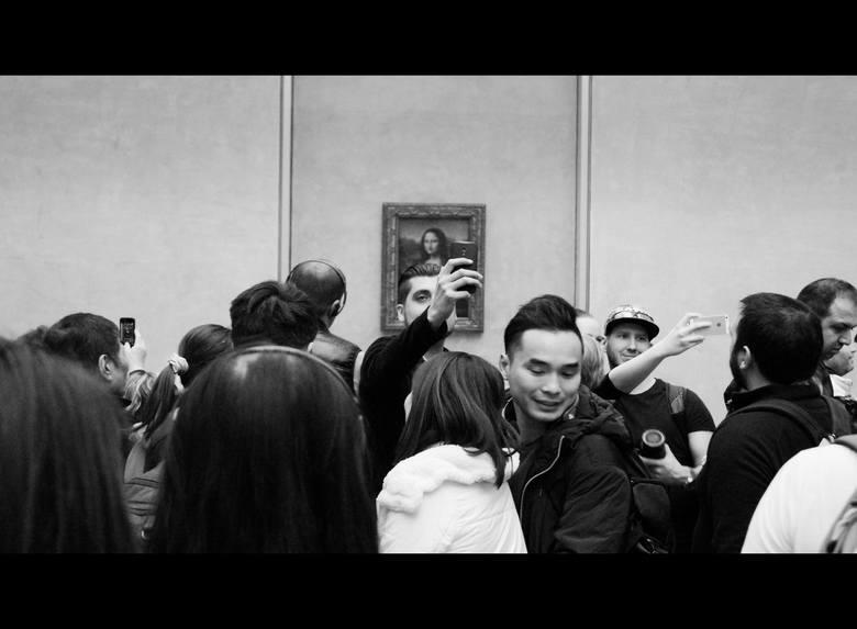 Luwr - tłumy turystów przed Mona Lisą Leonarda Da Vinci