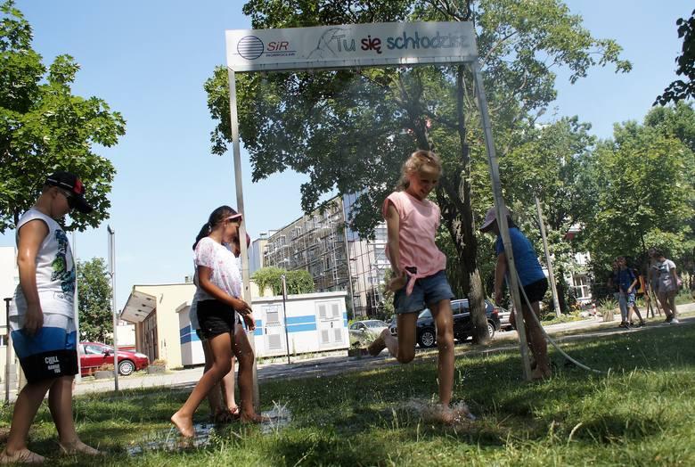 W Inowrocławiu żar leje się z nieba. Termometr zamontowany na jednej z kamienic przy ul. Toruńskiej pokazywał w słońcu 40,5 st. Celsjusza. Nie ma się