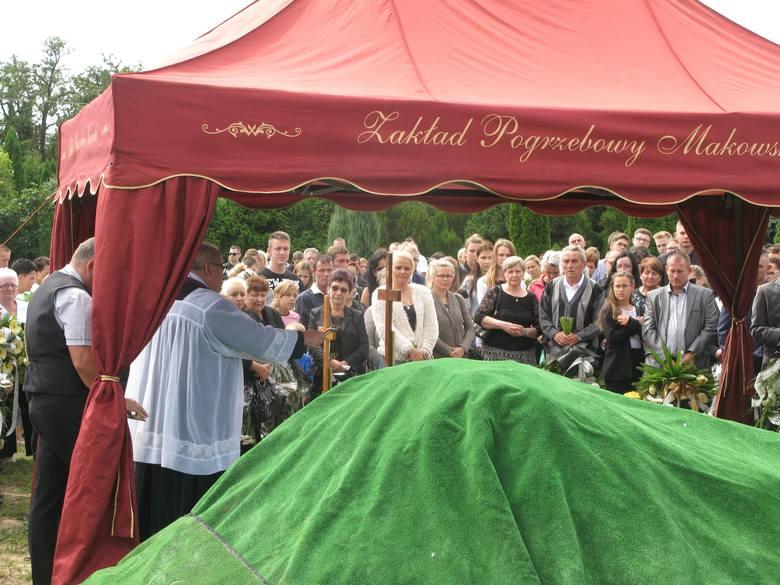 Piętnastoletnia dziewczyna została zamordowana w Chałupskach. Na pogrzeb w Barcinie przyszła rodzina, sąsiedzi, znajomi oraz koledzy ze szkoły.