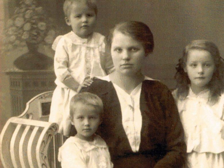 Florentyna z córkami: Walentyną, Heleną, Anną.