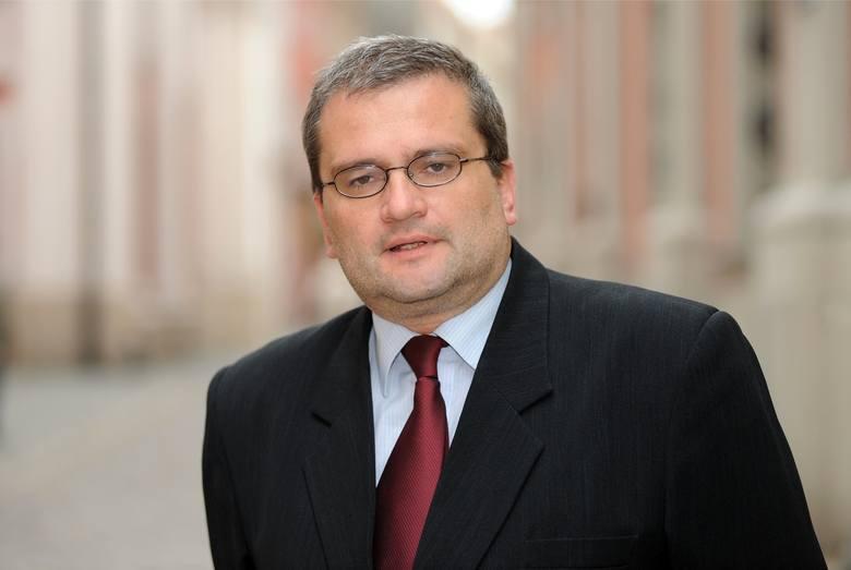 Michał Grześ krytykuje ograniczenie miejsc, gdzie można wywieszać plakaty wyborcze.