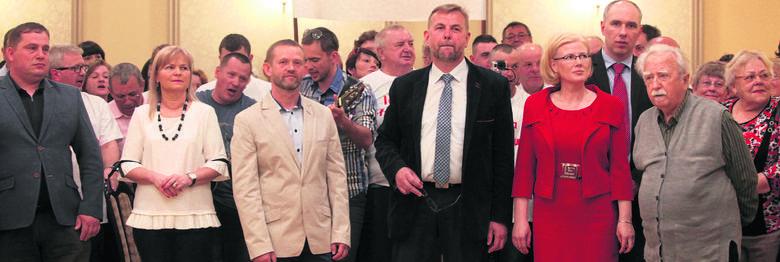 W niedzielę przedstawiciele środowisk przeciwnych burmistrzowi podpisali wspólny apel do mieszkańców, żeby poszli do referendum. Burmistrz zachęca swoich