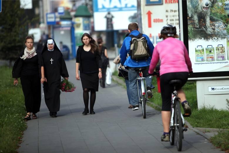 Rowerzyści jeżdżą wzdłuż al. 29 listopada bardzo szybko, przez co stwarzają zagrożenie dla pieszych - pisze pani Monika. Zdjęcie z września 2014 r.