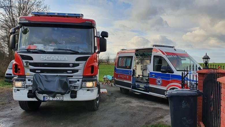 Do zdarzenia doszło w piątek około godz. 13 w Buszkowiczkach pod Przemyślem. Na jednej z posesji, gdzie znajduje się warsztat samochodowy, auto spadło
