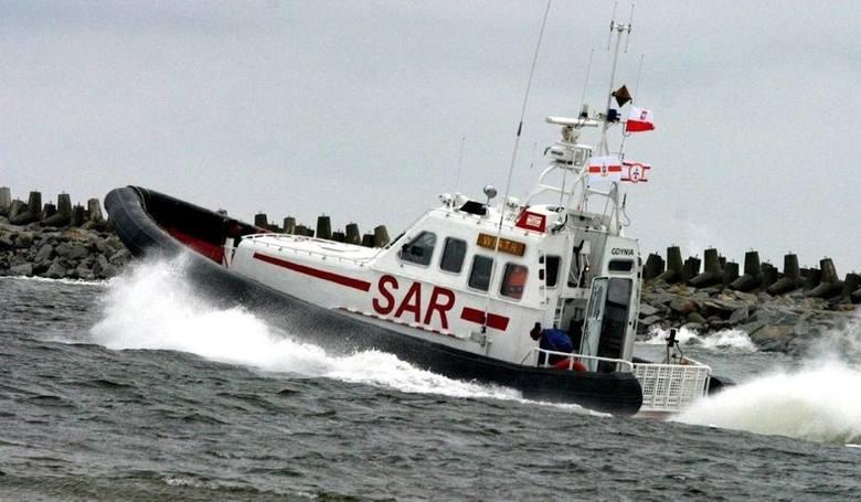 Uszkodzony kuter jest holowany do portu w Kołobrzegu
