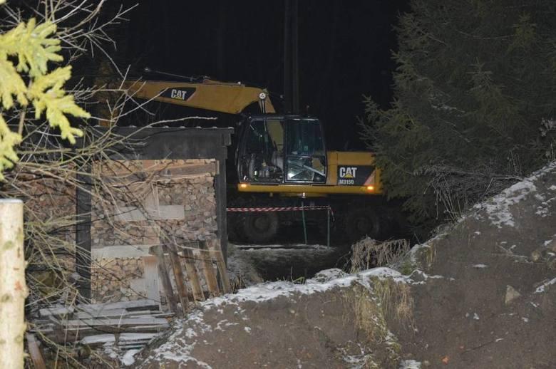 Osunięcie skarpy w Rutkach koło Żukowa. Samochód zsunął się do rzeki. Koparki pracują nad Radunią