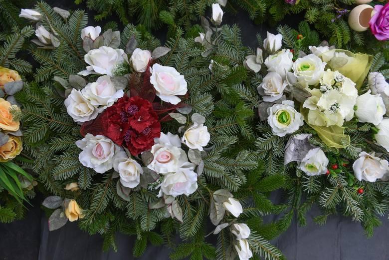 Pięknie i elegancko wyglądają przy grobach dekoracje ze świeżych róż, np. białych, lub klasycznie czerwonych.