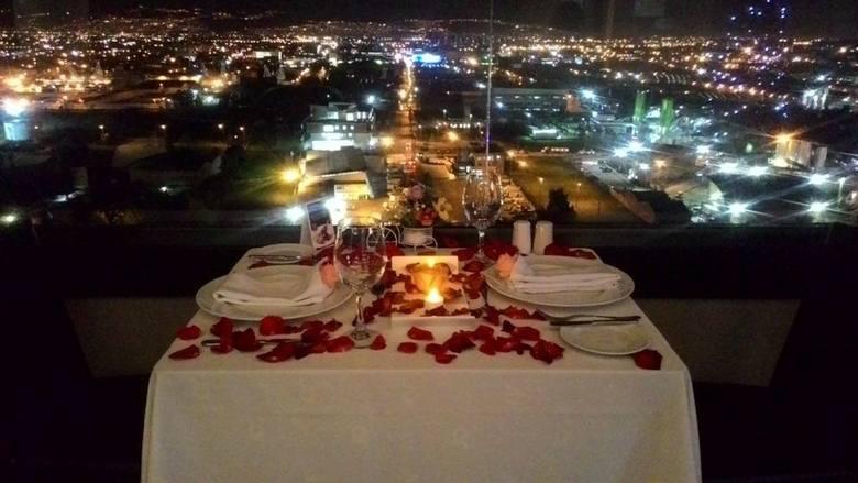 Romantyczna kolacjaKolacja przy świecach. Która pani nie marzy, by jej partner zabrał ją na romantyczną, walentynkową kolację? No właśnie. To prezent,