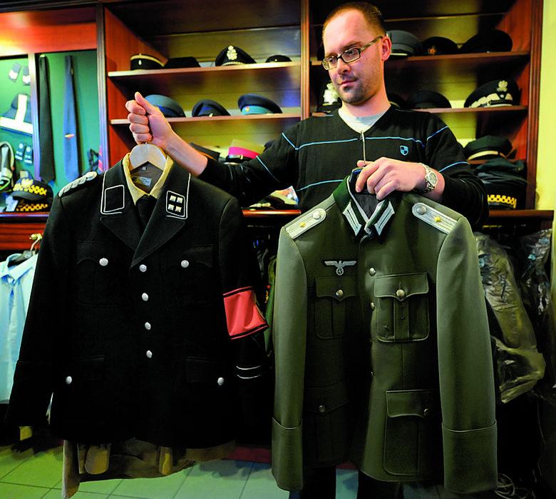 Na zdjęciu widzimy mundury Klossa i Brunera, w których grali: Tomasz Kot i Piotr Adamczyk.