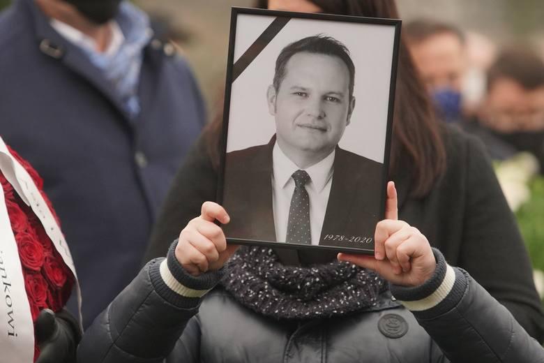 W środę na cmentarzu parafialnym w Niepruszewie rodzina, współpracownicy, samorządowcy i mieszkańcy gminy Dopiewo pożegnali wójta Adriana Napierałę.