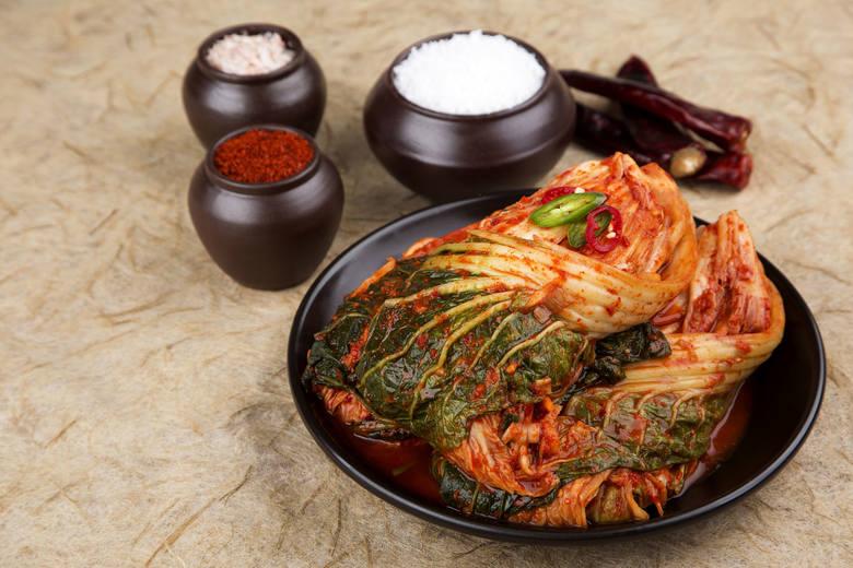 Kimchi przygotowane w tradycyjny sposób w całych liści kapusty pekińskiej