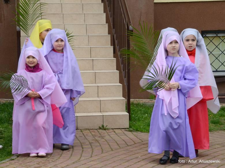 Pięknie ubrane dziewczynki.