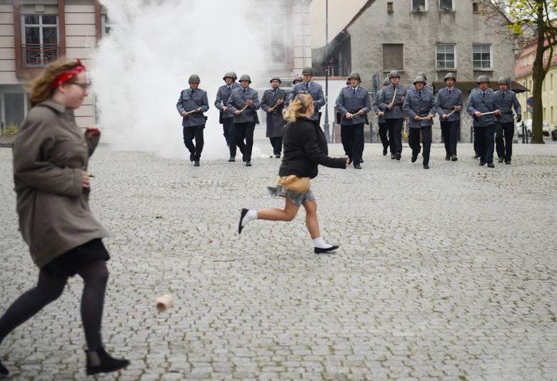 Było dynamicznie: milicja nacierała z pałkami, uczestnicy Wydarzeń uciekali.